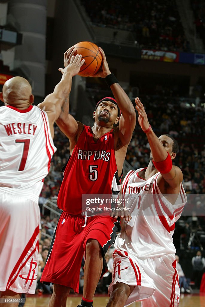 2005 NBA: Toronto Raptors at Houston Rockets : News Photo