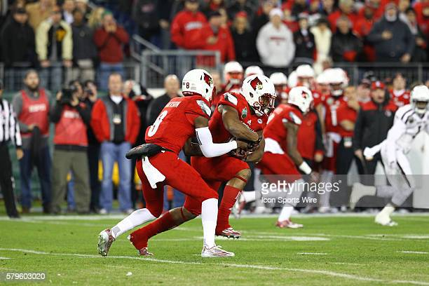 Louisville Cardinals quarterback Lamar Jackson hands the ball off to Louisville Cardinals running back Brandon Radcliff during the first half of the...