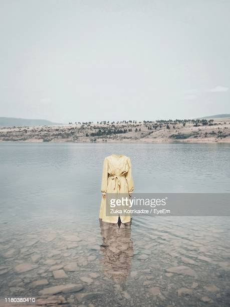 decapitated woman standing in lake - decapitado - fotografias e filmes do acervo