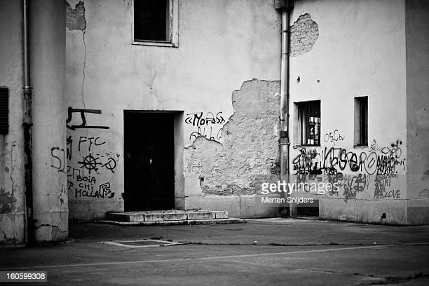 decayed wall covered in grafitti - merten snijders - fotografias e filmes do acervo