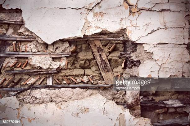 decayed wall in an abandoned farmhouse - mala condición fotografías e imágenes de stock