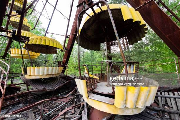 a decaying ferris wheel stands in the abandoned amusement park in the city center of prypiat, chernobyl exclusion zone. - pripyat city stock pictures, royalty-free photos & images