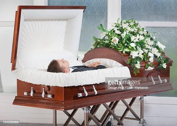 a deceased man laying in a coffin - caixão - fotografias e filmes do acervo