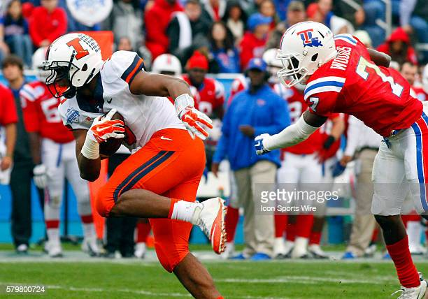 Illinois Fighting Illini tight end Jon Davis makes the catch infront of Louisiana Tech Bulldogs defensive back Xavier Woods as he goes 25-yards for...