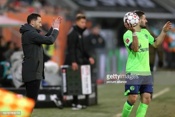 Soccer Bundesliga FC Augsburg FC Schalke 04 15th matchday in the WWKArena Schalke coach Domenico Tedesco gestures on the sidelines behind Daniel...
