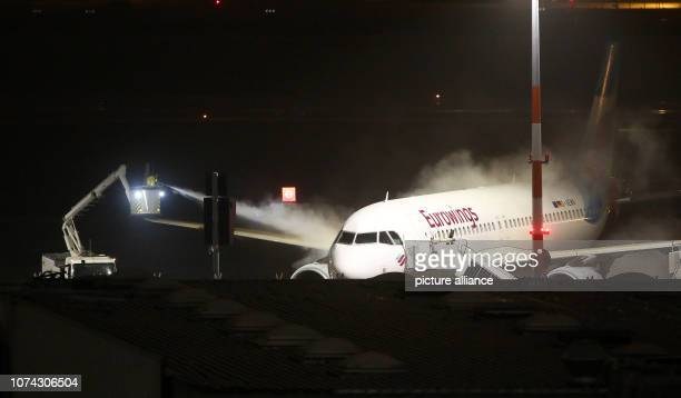 An aircraft belonging to the airline Eurowings is deiced before departure at Hamburg Airport In the Hanseatic city there was the first snowfall this...