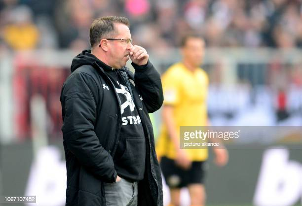 Soccer 2nd Bundesliga 15th matchday FC St Pauli Dynamo Dresden in the Millerntor Stadium Hamburg coach Markus Kauczinski Photo Daniel Bockwoldt/dpa...
