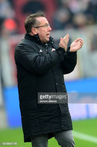 Soccer 2nd Bundesliga 17th matchday FC St Pauli SpVgg Greuther Fürth in the Millerntor Stadium Hamburg coach Markus Kauczinski gives instructions...