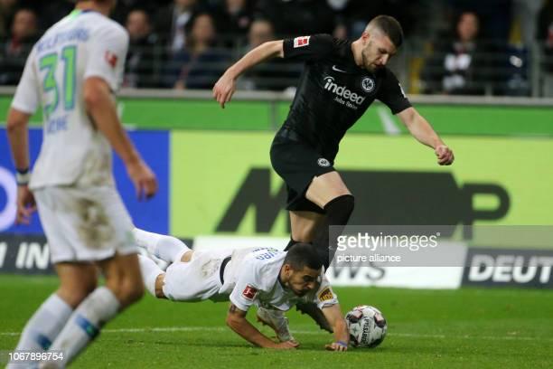 Soccer Bundesliga Eintracht Frankfurt VfL Wolfsburg 13th matchday in the Commerzbank Arena Frankfurt's Ante Rebic and Wolfsburg's William fight for...