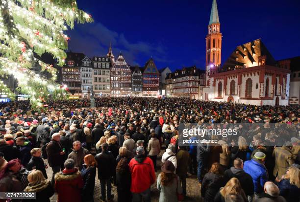 Thousands of people gathered on Christmas Eve at the Großer Stadtgeläute on Frankfurt's Römerberg The 50 bells of the ten innercity churches sound in...