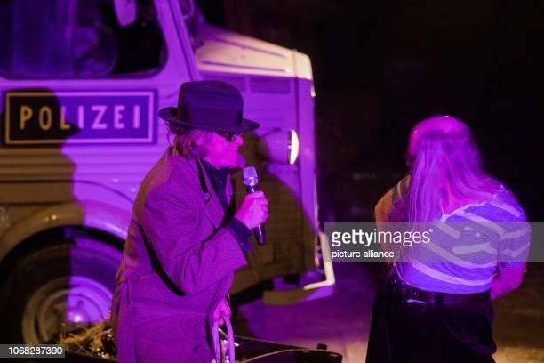 04 December 2018 North RhineWestphalia Mülheim an der Ruhr The musician and cabaret artist Helge Schneider stands as Commissioner Schneider in the...