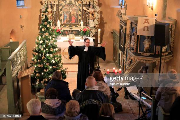 24 December 2018 SaxonyAnhalt Beyendorf Pastor Frank Scholz blesses visitors at the divine service in the Protestant Church of St Peter Photo Peter...