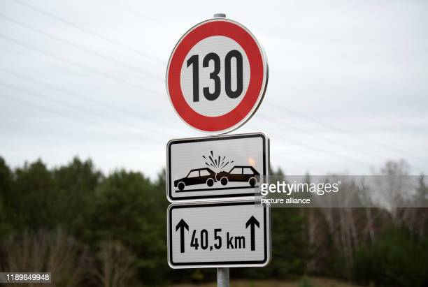 December 2019, Brandenburg, Rangsdorf: A traffic sign to limit speed for the next 40.5 kilometres on the A13 motorway. A speed limit of 130...