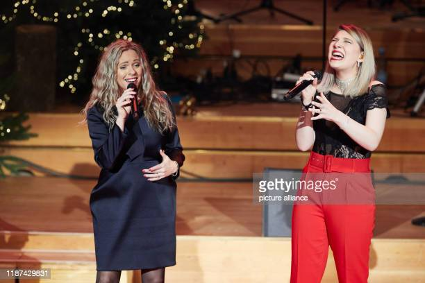 Anri Coza and Larissa Pitzen singers are on stage in the Laeiszhalle for the world's first Facebook Christmas concert Photo Georg Wendt/dpa