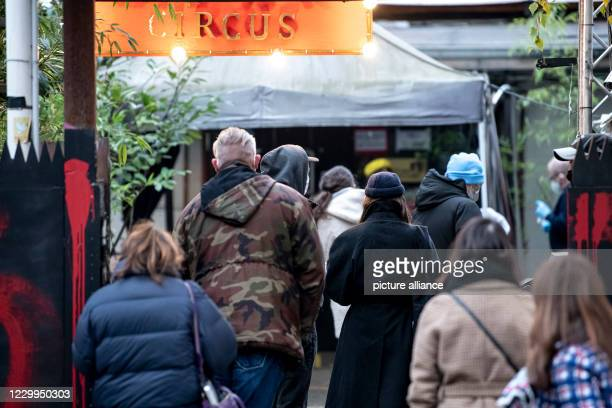 December 2020, Berlin: At the corner of the Berlin KitKat-Club, people are queuing up for Corona quick tests. The Berlin club offers Corona quick...