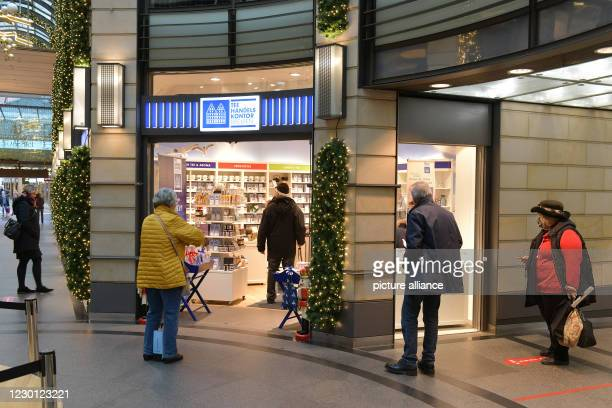 """December 2020, Bremen: In front of the tea shop """"Tee Handels Kontor Bremen"""" customers are waiting in a queue. Shortly before the second shutdown and..."""