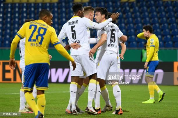 December 2020, Lower Saxony, Brunswick: Football: DFB Cup, Eintracht Braunschweig - Borussia Dortmund, 2nd round at Eintracht Stadium. Dortmund's...
