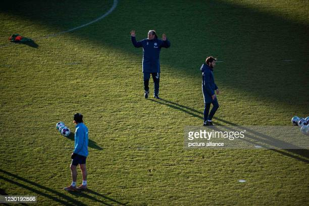 December 2020, North Rhine-Westphalia, Gelsenkirchen: Huub Stevens is on the pitch for his first training session with the team. Schalke has parted...