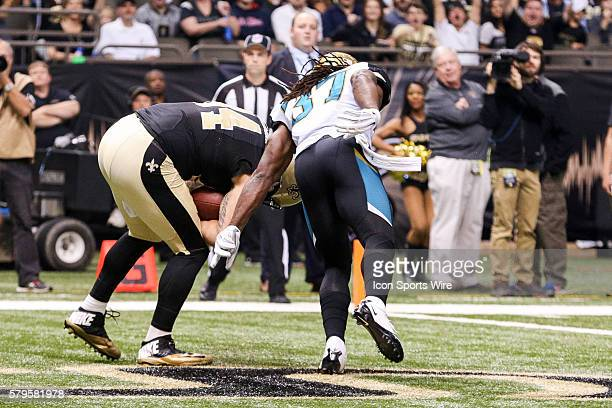 New Orleans Saints tight end Michael Hoomanawanui catches a touchdown against Jacksonville Jaguars running back Jonas Gray during the second half of...