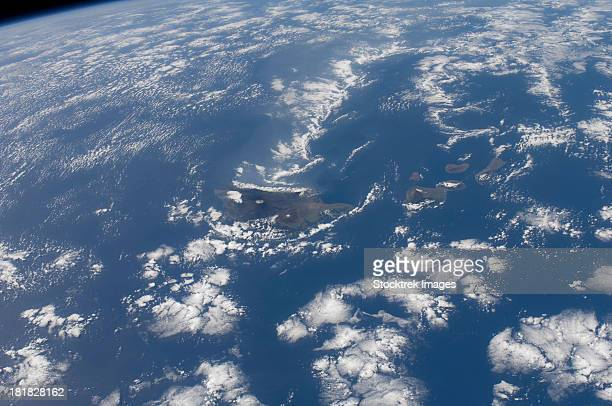 december 29, 2011 - the hawaiian islands as seen from the international space station. the big island of hawaii is easily delineated at the center of the frame.  - hawaii inselgruppe stock-fotos und bilder