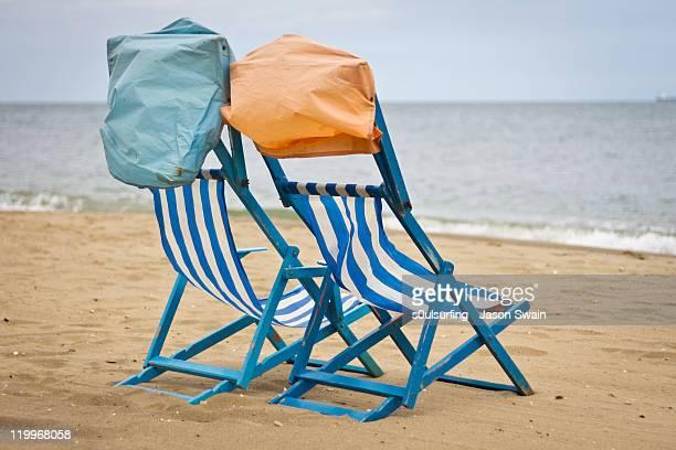 deck chair at beach - s0ulsurfing fotografías e imágenes de stock