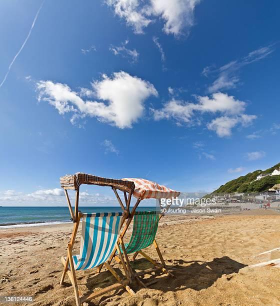 deck chair on beach - s0ulsurfing imagens e fotografias de stock