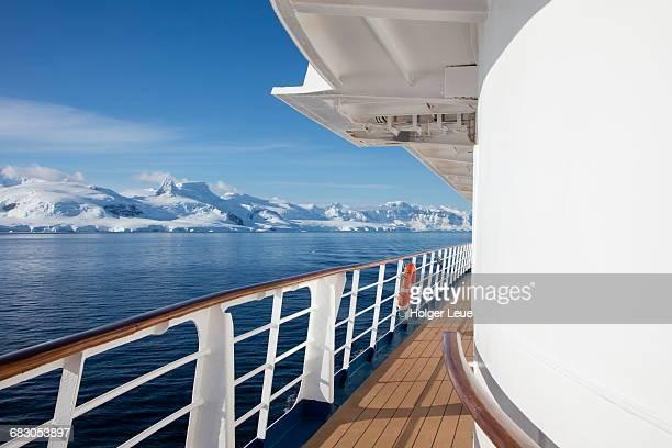 deck of mv sea spirit and snowy mountains - kreuzfahrt stock-fotos und bilder