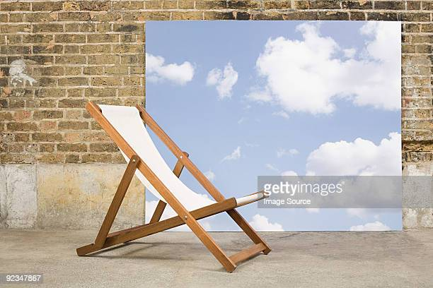 chaise longue et ciel en toile de fond - transat photos et images de collection