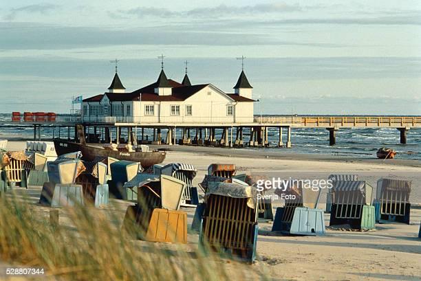 deckchairs on beach, pier behind - ウセドム ストックフォトと画像