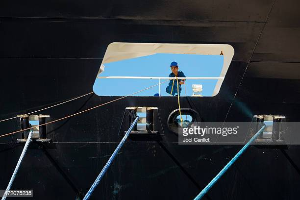 decksmann-unterstützung schiff-dockingstation - crew stock-fotos und bilder