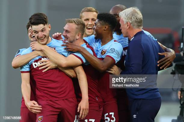 Declan Rice of West Ham United celebrates with teammates and David Moyes, Manager of West Ham United after scoring his team's third goal during the...