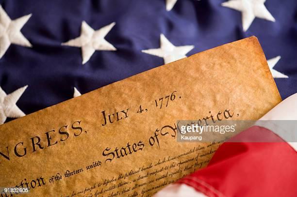 declaración y bandera estadounidense - guerra de la independencia de estados unidos fotografías e imágenes de stock