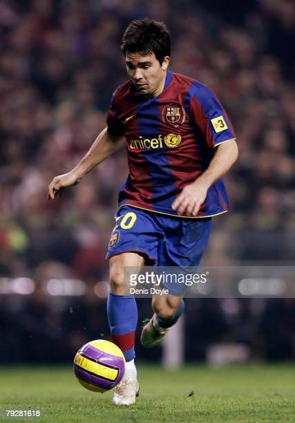 Deco of Barcelona controls the ball during his La Liga match against Athletic at the San Mames stadium on January 27 2008 in Bilbao Spain