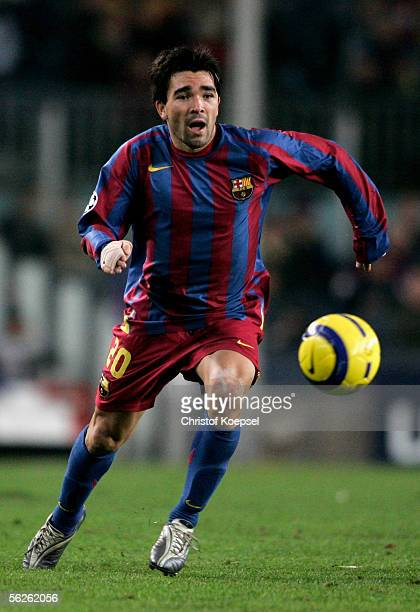 Deco of Barcelona runs with the ball during the UEFA Champions League Group C match between FC Barcelona and Werder Bremen at the Camp Nou Stadium on...