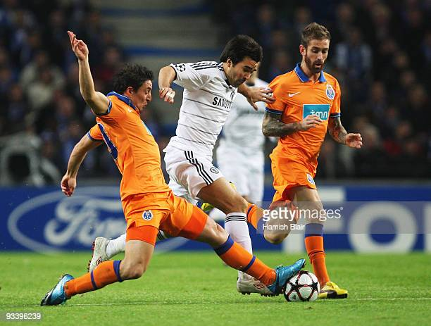 Deco of Chelsea goes between Cristian Rodriguez and Raul Meireles of FC Porto during the UEFA Champions League Group D match between FC Porto and...