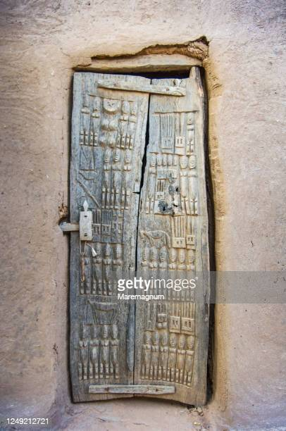 decorate door of a house in the village of teli, in the municipality of bandiagara, pais dogon, mali, africa - pais ストックフォトと画像