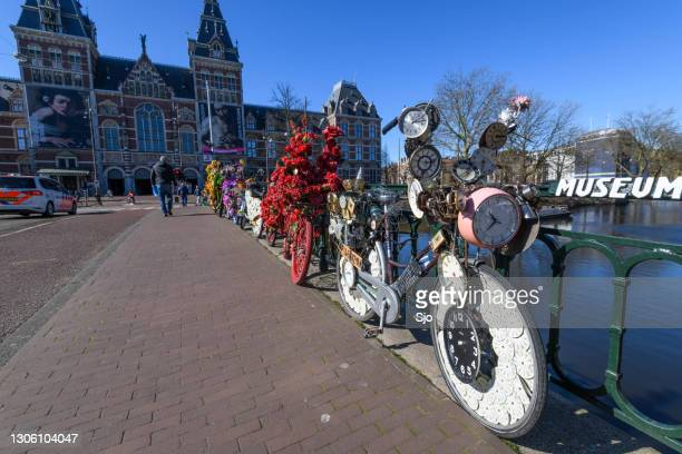 """decorated bicycles on the museumbridge in front of the rijksmuseum in amsterdam - """"sjoerd van der wal"""" or """"sjo"""" stock pictures, royalty-free photos & images"""