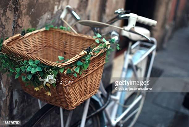 decorated bike basket - josemanuelerre fotografías e imágenes de stock