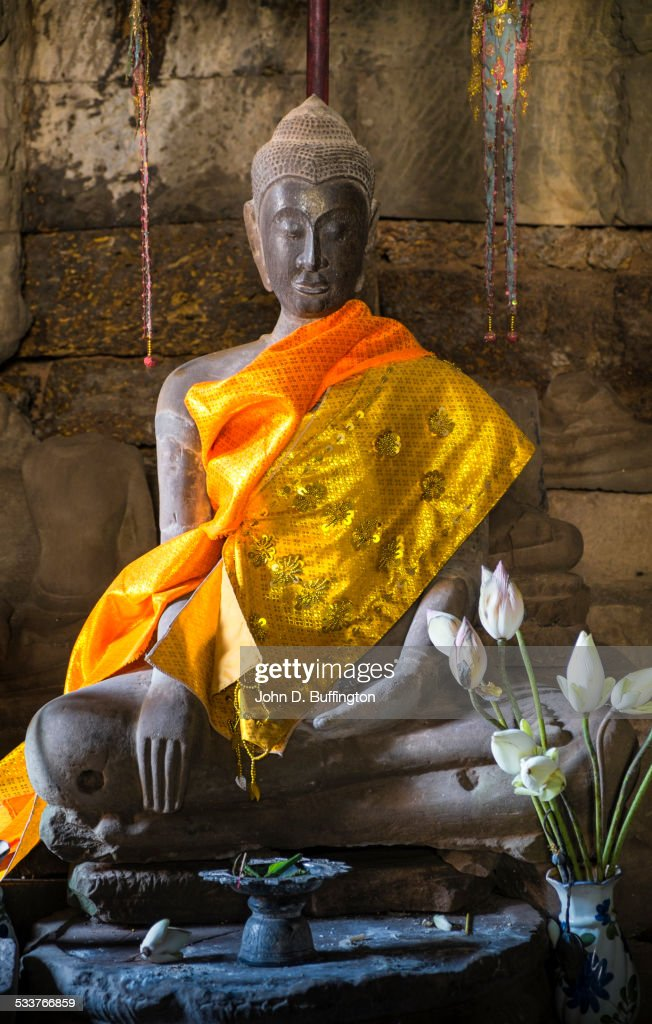 Decorated Buddha statue with flowers in temple : Foto stock