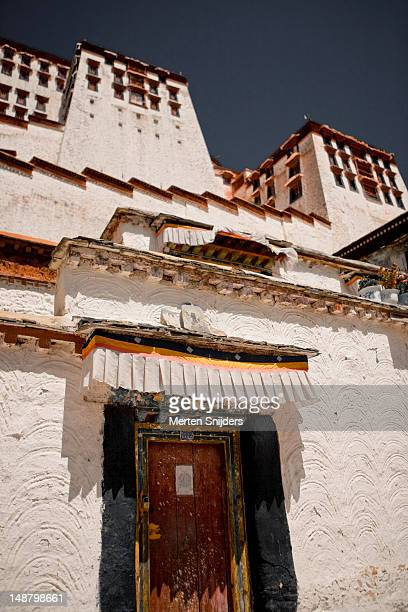 decorated door of a ground level space of potala palace. - merten snijders stockfoto's en -beelden