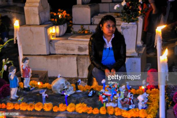 decorated grave on  the day of the dead - dia de muertos fotografías e imágenes de stock