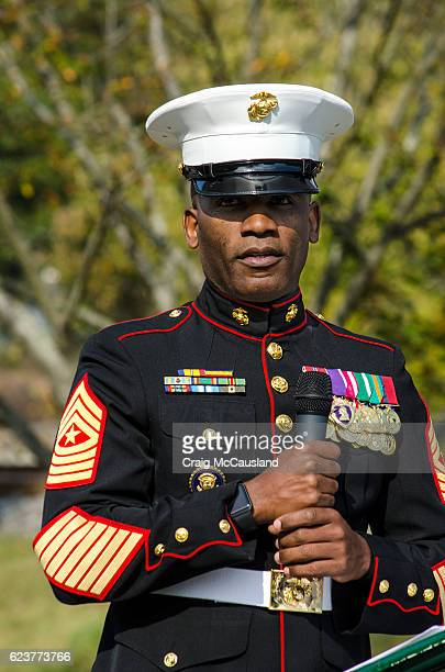 decorated marine gives keynote speech at a veteran's day cermony - guerra de vietnam fotografías e imágenes de stock