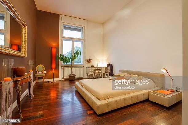 Intérieur de la chambre à coucher à la décoration moderne