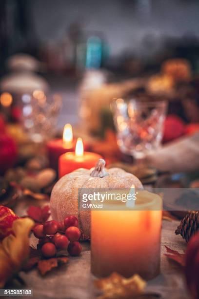 Dukade bordet för Thanksgiving middag med stearinljus, pumpor, Leafs och nötter
