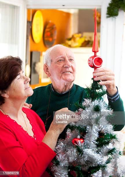 Dekorieren ein Weihnachtsbaum