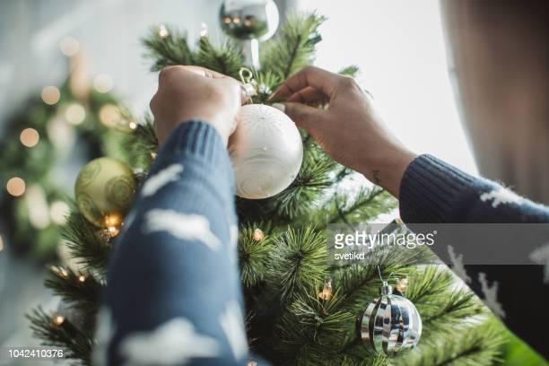 decorare l'albero di natale - decoration foto e immagini stock