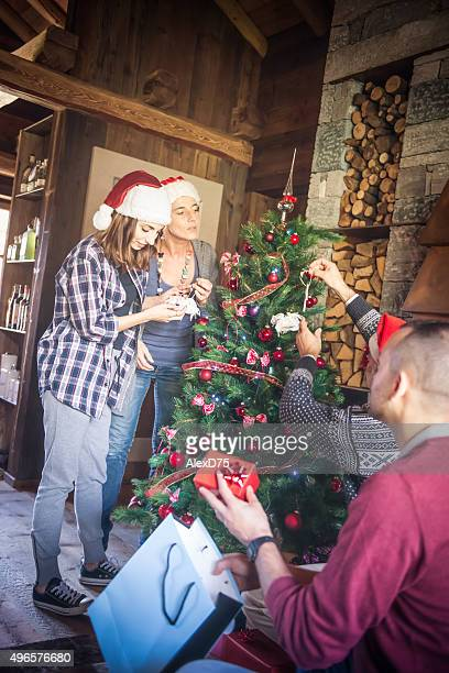 dekorieren weihnachtsbaum - nur erwachsene stock-fotos und bilder