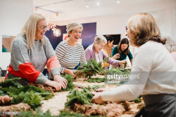 decorare ghirlade natalizie - composizione di fiori foto e immagini stock