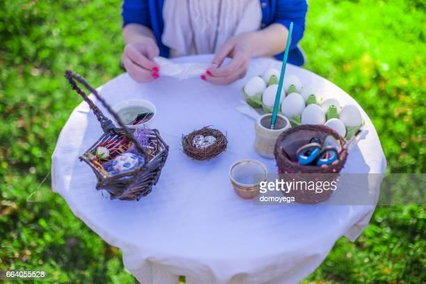Deko-Ostereier mit Farbe und Serviettentechnik für Urlaub im Garten