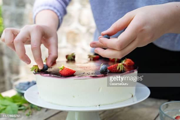 decorare cheescake fatto in casa con deliziosi frutti - torta di ricotta foto e immagini stock